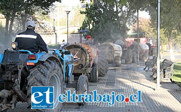LIMPIEZA GENERAL.- Hasta en plena Plaza de Armas fumigaron los tractores dispuestos por los agricultores.
