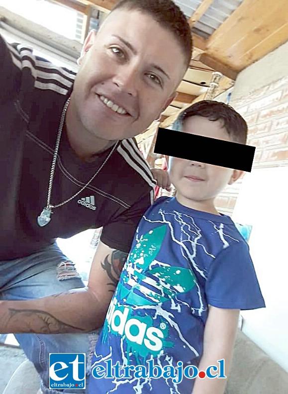 Acá vemos a Álvaro Soto junto a su hijo de seis años disfrutando juntos.