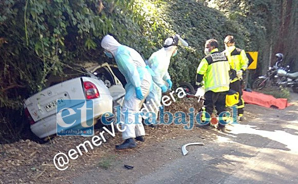 Personal de emergencia trabajando en el lugar del accidente que costó la vida a un motociclista de 65 años de edad aproximadamente.