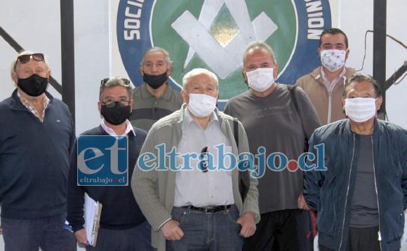 LO LOGRARON.- Ellos son el directorio de la Sociedad e Artesanos La Unión, de nuevo en su casa.