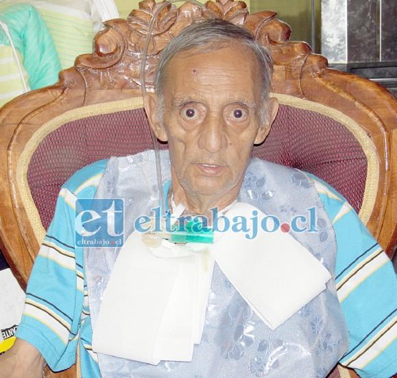 Gerardo Veas, más conocido como 'El Flaco Veas' o 'Macanake', rodeado de amigos y su familia.