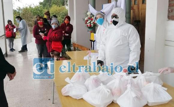 La comida lista para ser repartida junto a los voluntarios del comedor de la Parroquia de Andacollo.