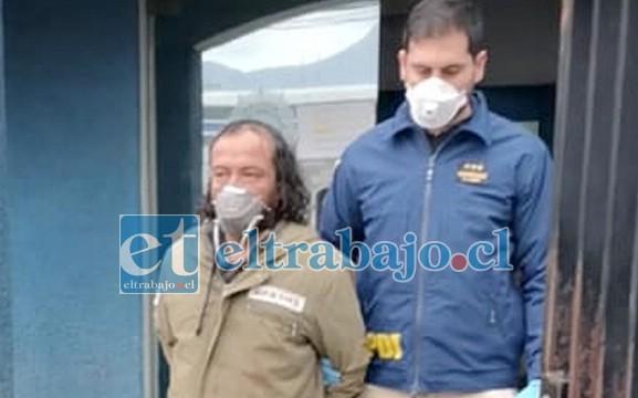 Uno de los imputados saliendo del cuartel de la PDI San Felipe, quedó en Prisión Preventiva.