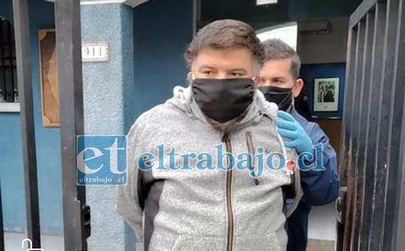 Otro de los imputados que quedó en Prisión Preventiva, saliendo del cuartel de la PDI.