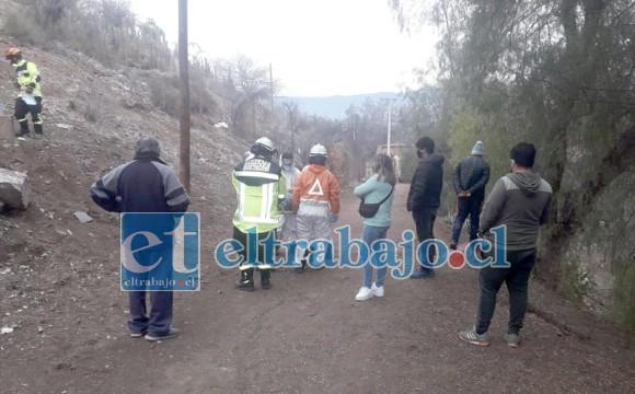 Personas del sector observan el trabajo de emergencia.