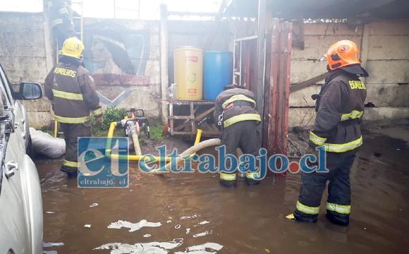 Voluntarios de Bomberos debieron atender inundaciones en varios sectores de la comuna. (Imagen referencial).