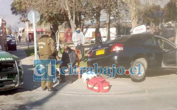 ATENDIDO EN EL LUGAR.- Carabineros y Bomberos fueron los primeros en llegar al lugar del accidente la mañana de este martes.