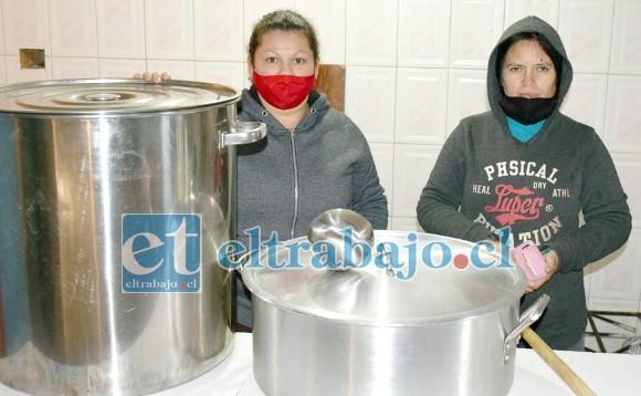 TREMENDO SERVICIO.- Ellas son Verónica Andrea Arriagada y Marcela Sepúlveda, dos vecinas de Departamentos Encón que en solitario mantienen funcionando este Comedor Solidario.