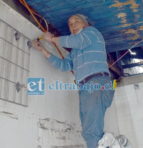 Don Ramón, maestro de la construcción contratado por doña Hilda, intentaba este lunes recuperar piezas de la tienda.
