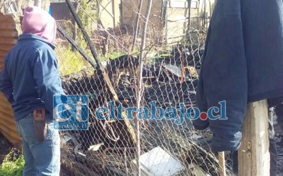 Un vecino mira con desolación la vivienda completamente consumida por el fuego.