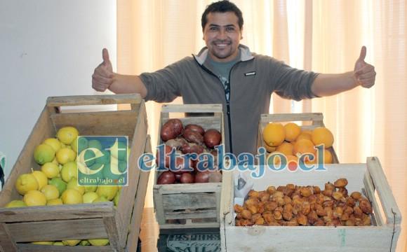 HOY GRATIS PARA TODOS.- Héctor muestra a Diario El Trabajo sólo una pequeña parte de las verduras y frutas donadas para este proyecto solidario.
