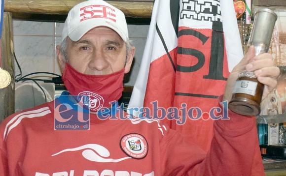 EN SU REINO.- Víctor Urbina nos muestra una de las nueve réplicas de la Copa Chile, de las demás sólo se sabe que existe una en el Club.