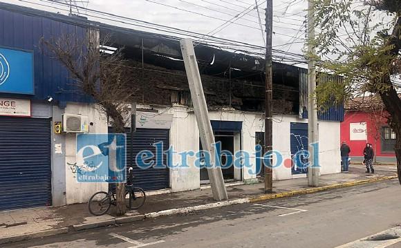 Acá se puede apreciar el daño a la estructura de los locales ubicado en calle Prat pasado Navarro.