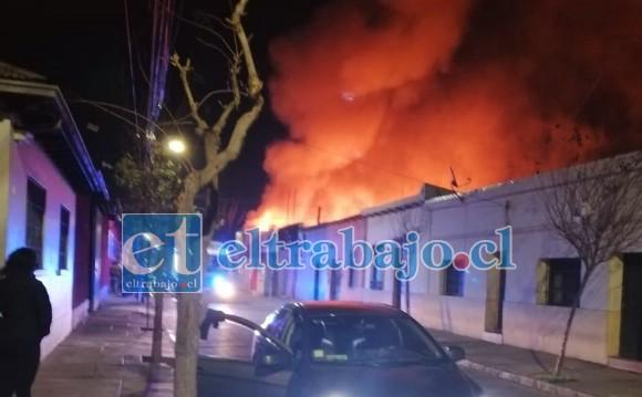 La impresionante imagen muestra las enormes llamas saliendo del local de la esquina de Prat con Navarro.
