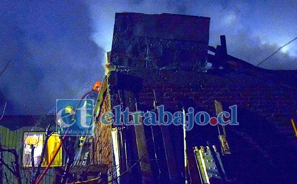 PELIGRO DE ALTURA.- Desde gran altura cayó uno de los bomberos que acudieron a combatir el incendio, sus compañeros continuaron su labor.