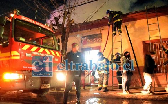 GRANDE BOMBEROS.- Las cámaras de Diario El Trabajo estuvieron en la escena, una vez más los bomberos impidieron una tragedia mayor.