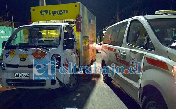 TODOS CORRIENDO.- Un furgón de reparto de gas protagonizó una colisión durante la emergencia con una unidad de Bomberos.