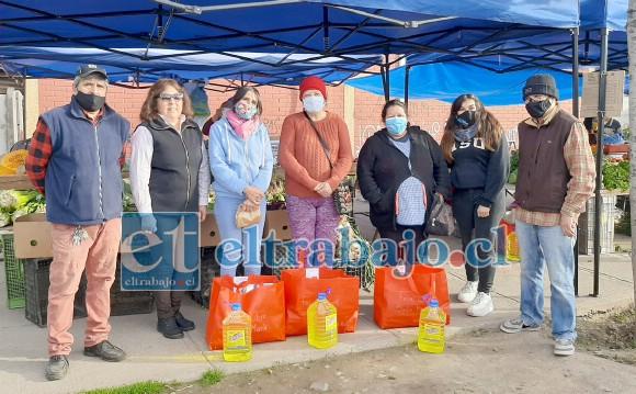 Gracias al aporte de los feriantes y de otros colaboradores se logró reunir un monto de 442 mil pesos, lo que permitió preparar 26 cajas de ayuda.