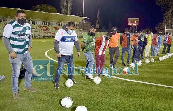NIÑOS OTRA VEZ.- A cada dirigente de clubes deportivos se les entregó una pelota, como regalo y para que la estrenen en este mismo estadio.