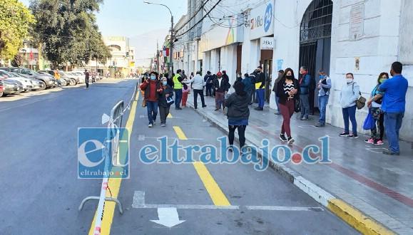 La Municipalidad de San Felipe está realizando una demarcación especial de las calles para permitir a los transeúntes desplazarse con mayor seguridad, aumentando el espacio disponible para peatones.