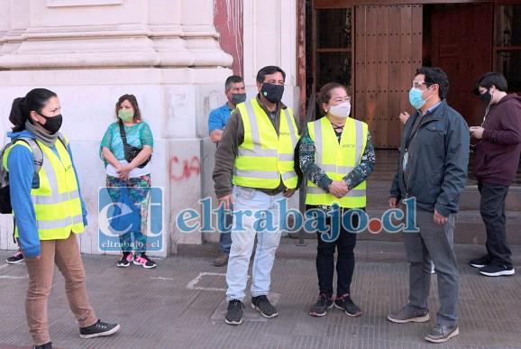 El alcalde (s) Claudio Paredes junto a funcionarios municipales encargados de guiar a las personas en el correcto uso del espacio.