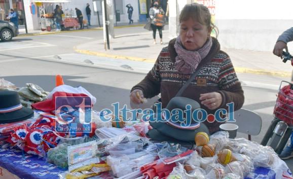 TRES DÉCADAS VENDIENDO.- Doña Miryam Padilla tiene 30 años de vender en la calle, reconoce que este año las ventas están muy flojas.