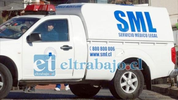 Camioneta del SML en donde fue trasladada la mujer fallecida para la respectiva autopsia.