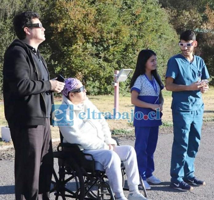 TARDE INOLVIDABLE.- Aquí la vemos la tarde del martes 2 de julio de 2019, cuando profesionales del CRI la sacaron al patio para ver el Eclipse.