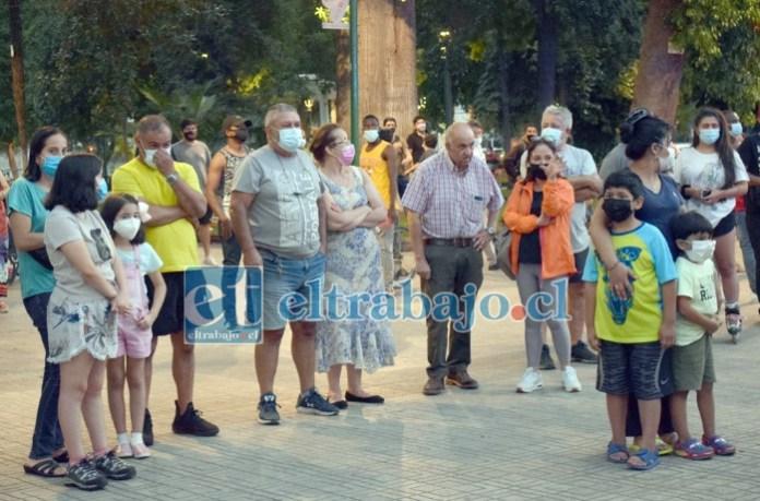 TODOS EN ALERTA.- Los curiosos y locatarios vecinos de la tostaduría estaban preocupados por la gran cantidad de humo que salía del céntrico local.