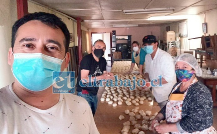 PANADERÍA POPULAR.- Aquí vemos a estos vecinos en plena acción con su Panadería Popular, quienes hacen llegar este pan a las Ollas Comunes totalmente gratis.