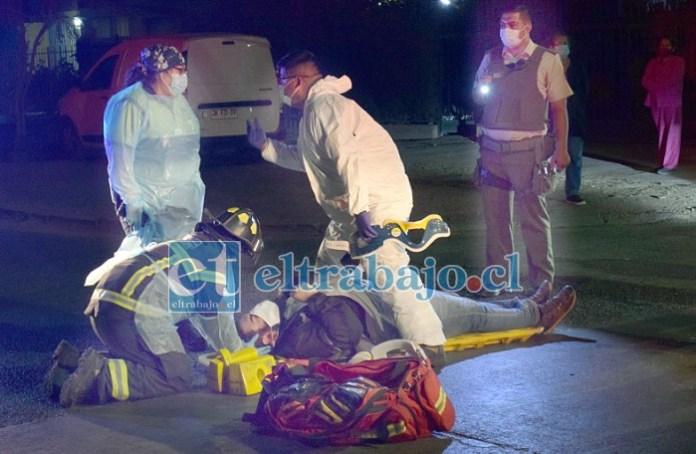 LLEVADO A URGENCIAS.- Paramédicos del SAMU y de Bomberos realizaron sus maniobras para estabilizar al paciente y trasladarlo al Hospital San Camilo.