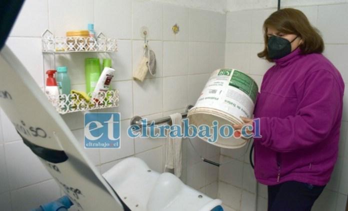 SIN AGUA POTABLE.- Doña Ángela muestra su baño sin agua, ahí deben bañarse todos, incluida su hija enferma menor de edad.