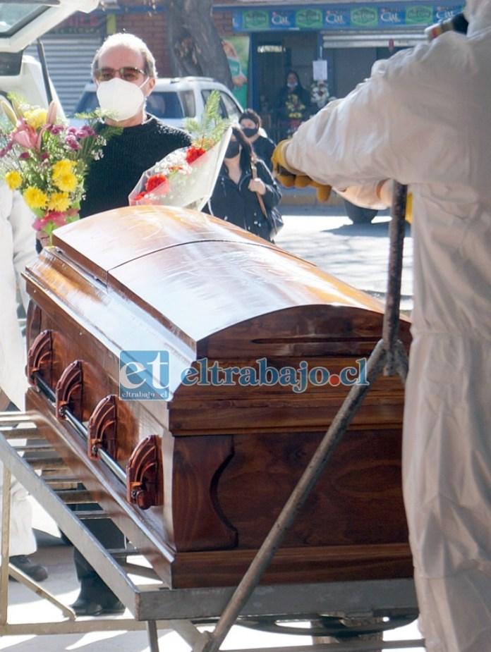 UN ADIÓS A QUEMARROPA.- Las cámaras de Diario El Trabajo acompañaron a Fernández y al cuerpo de su esposa hasta su última morada.