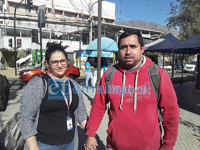 Katherine y Víctor, padres de Cinthya, saliendo del banco después de depositar más de 700 mil pesos para Visa.