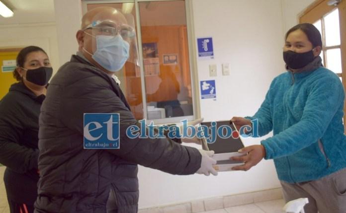 TECNOLOGÍA DE PUNTA.- Las cámaras de Diario El Trabajo registran el momento cuando el director del Liceo Darío Salas, Walter Arancibia, entrega las Tablets a los apoderados.