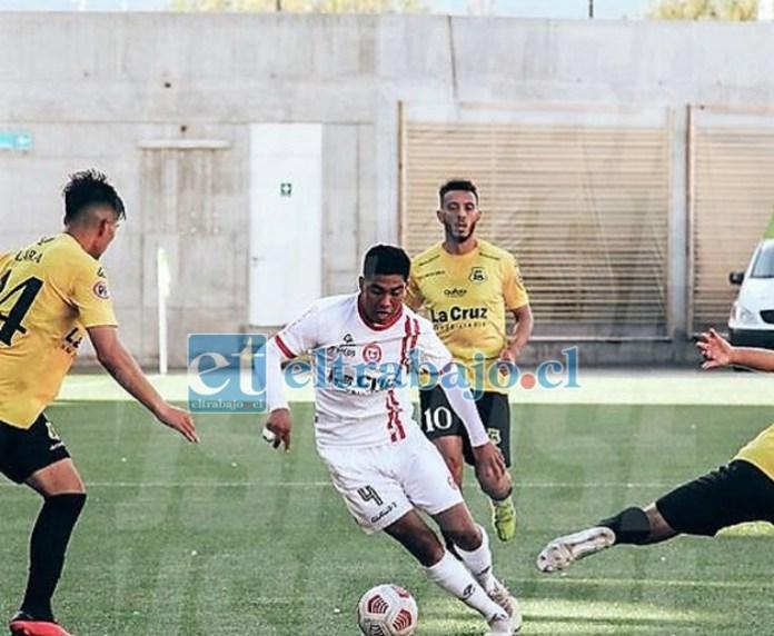 El lateral derecho Francisco Salinas se abre camino entre los jugadores de San Luis.