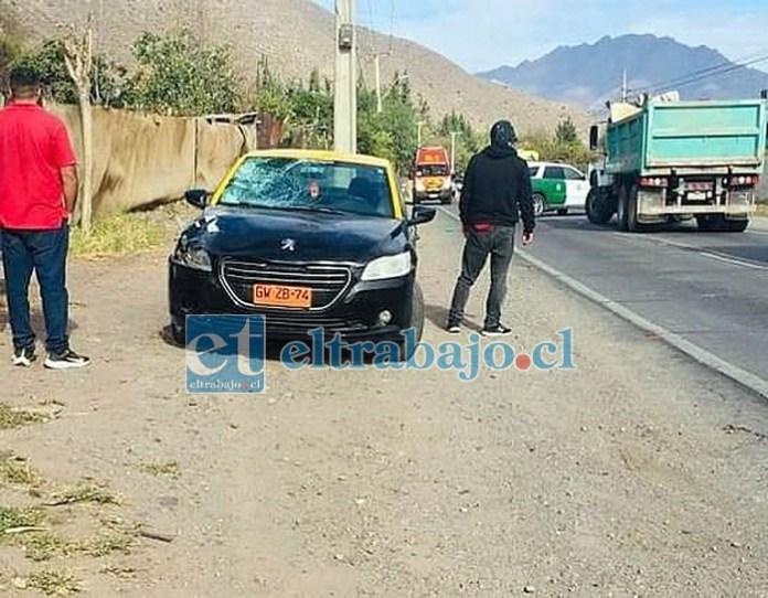 El taxi básico involucrado en el accidente resultó con el parabrisas destruido.