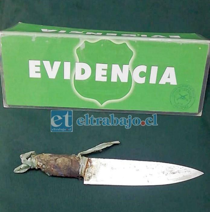 Este es el cuchillo hallado en poder del imputado, el cual habría sido usado en la agresión.