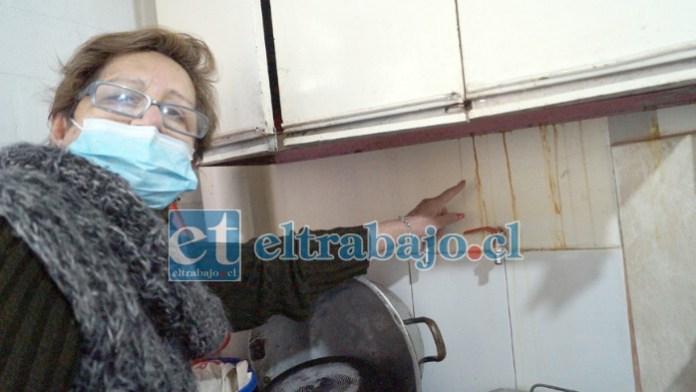 EN PLENA COCINA.- Doña Clara Cornejo en el segundo piso, nos muestra cómo chorrean las paredes de su cocina, óxido y otras fragancias se perciben.