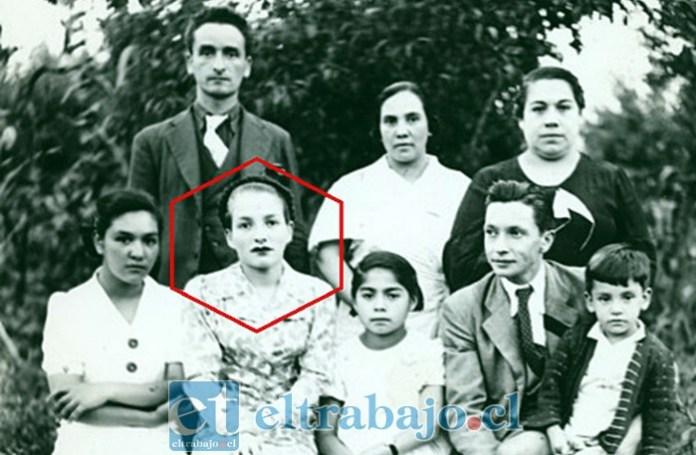 JUVENTUD DIVINO TESORO.- En esta gráfica vemos a Julia Salgado acompañada de su familia. Sólo su hermana menor, Marta, queda viva de los diez hermanos.