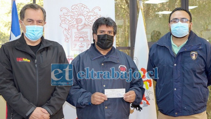 El cheque lo entregó el alcalde saliente Christian Beals a personeros de Bomberos en el Municipio, en este caso el superintendente David Guajardo y el tesorero