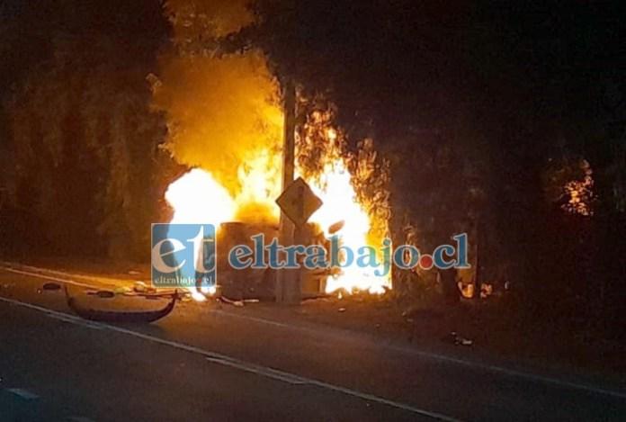 SIN VÍCTIMAS MORTALES.- Las llamas redujeron a cenizas este vehículo en pocos minutos, como lo muestran las fotos de nuestro colaborador.