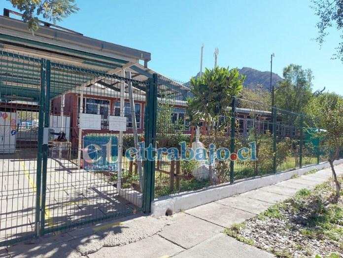 Frontis de la Escuela José Bernardo Suárez de El Asiento, lugar que fue sacudido este lunes por dos tronaduras sin previo aviso que causaron bastante preocupación.