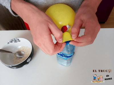 Sujetamos el globo a la botella DIY