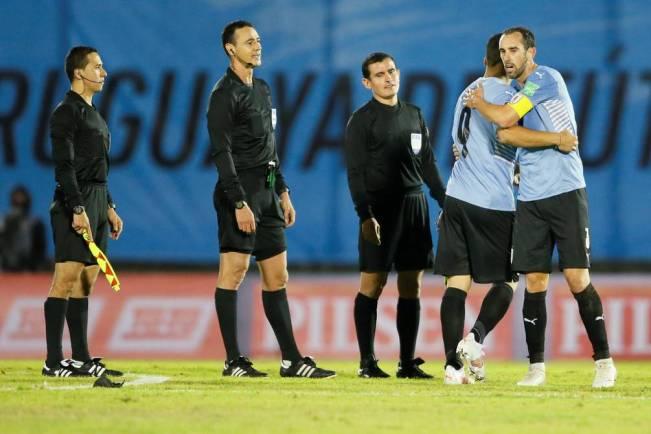 Conmebol resolvió suspender 'por tiempo indeterminado' a dos árbitros del partido entre Uruguay y Paraguay   Fútbol   Deportes   El Universo