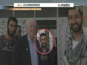 McCain junto a varios líderes del Estado Islámico, entre ellos Mohamad Nur (rostro circulado), también conocido como Ibrahim al Badri, Abu Dua, Abu Bakr al Bagdadi, y más recientemente Califa Ibrahim del Estado Islámico.