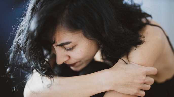 Mujer triste y deprimida a causa del estres