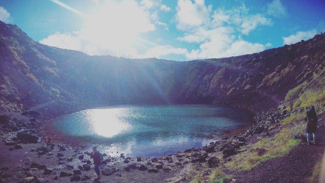 بحيرة Kerið وهي فوهة بركانية يزيد عمرها على ثلاثة آلاف سنة