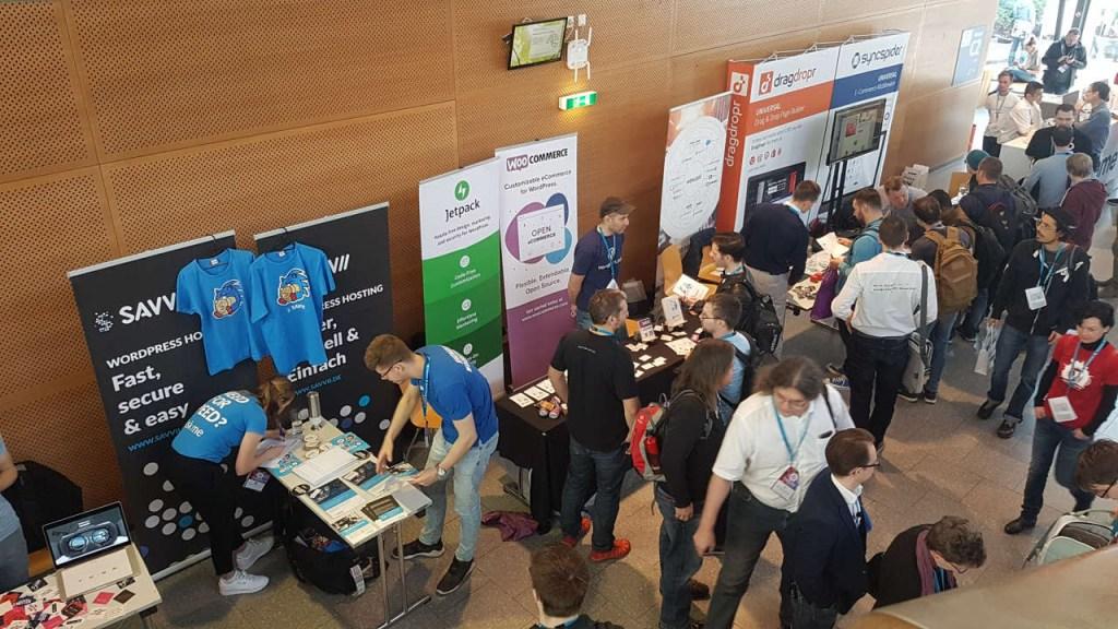Patrocinadores Interagindo Com Participantes em um WordCamp.