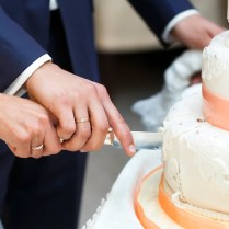 Does Having A Fake Wedding Cake—and Serving Your Guests Sheet Cake